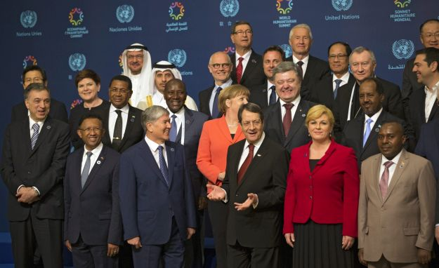 epa05324619 Dignitaries attend a family photo session during UN Humanitarian Summit in Istanbul, Turkey, 23 May 2016. World leaders meet on 23 and 24 May 2016 in Istanbul for an inaugurational summit on common humanity and to prevent and reduce human suffering. EPA/TOLGA BOZOGLU